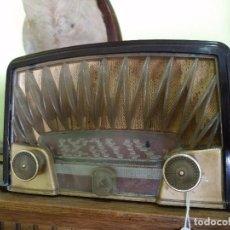 Radios de válvulas: ANTIGUA RADIO PHILIPS EN BAQUELITA FUNCIONANDO PERFECTAMENTE.. Lote 97589875