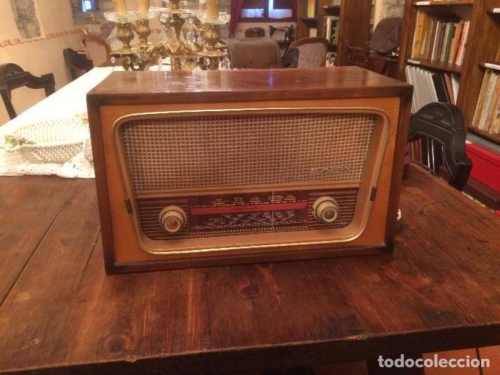 ANTIGUA RADIO DE VALVULA MARCA RENGRENA DE LOS AÑOS 60 CON CAJA DE MADERA EN COLOR CLARO FUNCIONANDO (Radios, Gramófonos, Grabadoras y Otros - Radios de Válvulas)