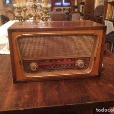 Radios de válvulas: ANTIGUA RADIO DE VALVULA MARCA RENGRENA DE LOS AÑOS 60 CON CAJA DE MADERA EN COLOR CLARO FUNCIONANDO. Lote 99870111