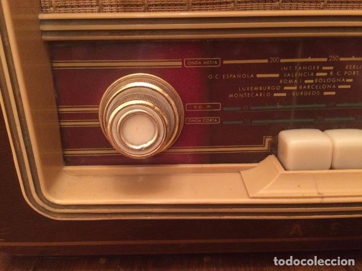 Radios de válvulas: Antigua radio de Valvula marca Askar de los años 50 con caja de madera en color oscuro - Foto 2 - 99870351