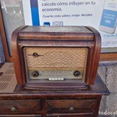 Radios de válvulas: RADIO CON TOCADISCOS. Lote 112933159