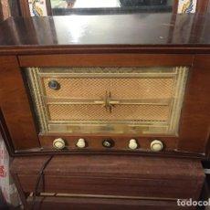 Radios de válvulas: ANTIGUA RADIO PHILIPS, MUY GRANDE, NO LA HE PROBADO PERO CREO QUE FUNCIONA, TAL COMO SE VE EN LAS FO. Lote 113408071