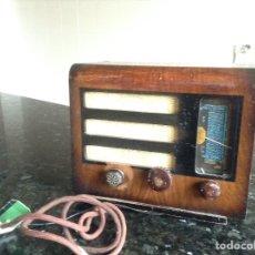 Radios à lampes: PEQUEÑA RADIO A 125V FUNCIONANDO Y DE MADERA. MEDIDAS EN CMS ( 25X16X20). Lote 114013006