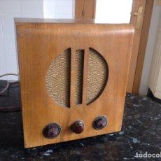 Radios de válvulas: RADIO RECEPTOR EN MADERA. MEDIDAS EN CMS (25X20X29). NO FUNCIONA. Lote 114069488