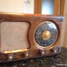 Radios de válvulas: RADIO EN MADERA. MIDE EN CMS (54X27X35. FUNCIONA A 125V. Lote 114463371