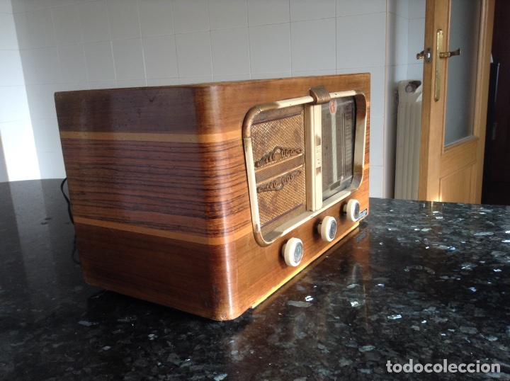 Radios de válvulas: Radio Vinix carcasa madera mide en cms (42x23x24). Funciona a 125 y 220V - Foto 3 - 114628075