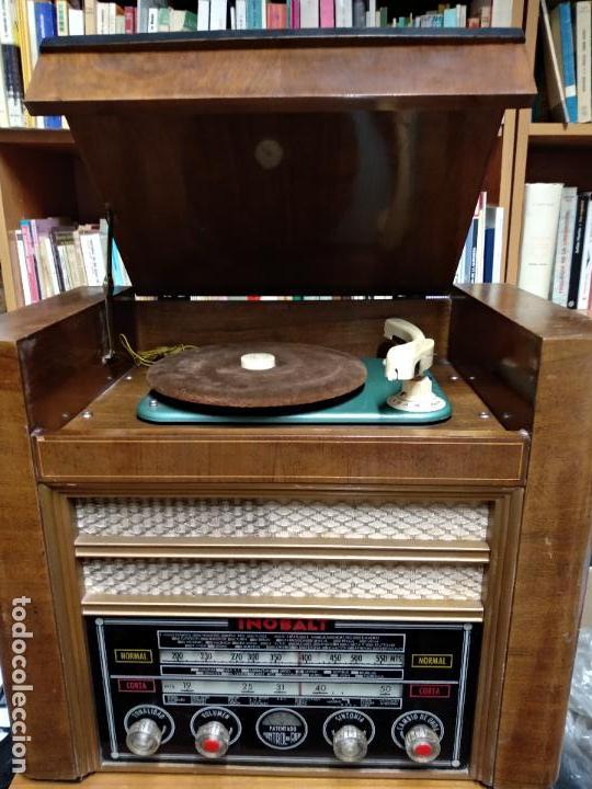 GRAN RADIO CON TOCADISCOS DE LA MARCA INOBALT - MUY BIEN CONSERVADA - MADERA NOBLE - ALTO 47 CM (Radios, Gramófonos, Grabadoras y Otros - Radios de Válvulas)