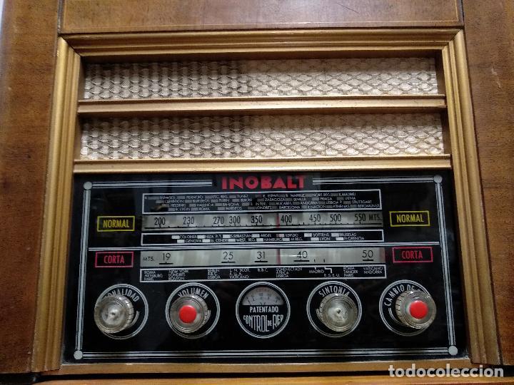 Radios de válvulas: GRAN RADIO CON TOCADISCOS DE LA MARCA INOBALT - MUY BIEN CONSERVADA - MADERA NOBLE - ALTO 47 CM - Foto 2 - 115445107
