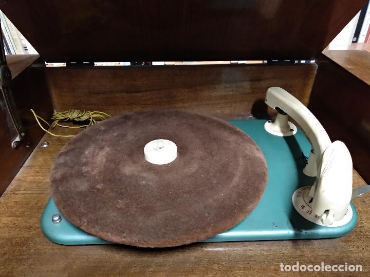 Radios de válvulas: GRAN RADIO CON TOCADISCOS DE LA MARCA INOBALT - MUY BIEN CONSERVADA - MADERA NOBLE - ALTO 47 CM - Foto 4 - 115445107