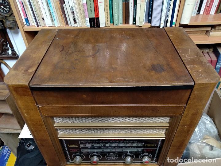 Radios de válvulas: GRAN RADIO CON TOCADISCOS DE LA MARCA INOBALT - MUY BIEN CONSERVADA - MADERA NOBLE - ALTO 47 CM - Foto 6 - 115445107