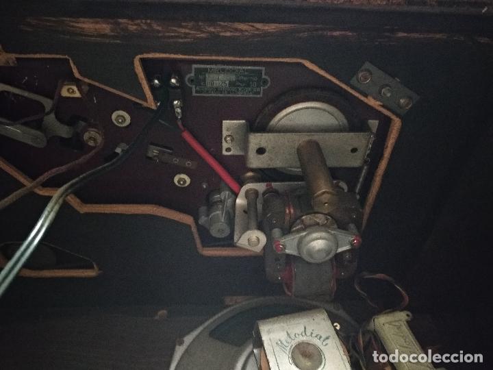 Radios de válvulas: GRAN RADIO CON TOCADISCOS DE LA MARCA INOBALT - MUY BIEN CONSERVADA - MADERA NOBLE - ALTO 47 CM - Foto 11 - 115445107