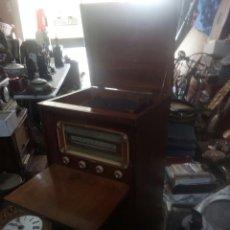 Radios de válvulas: MARAVILLA RADIO TOCADISCOS CON MUEBLE MUY ANTIGUA. Lote 115519700