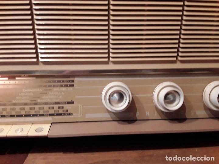 Radios de válvulas: Antigua radio válvulas phillips, funcionando, madera. - Foto 4 - 116989147