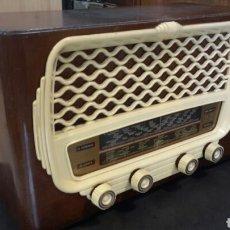 Radios de válvulas: ANTIGUA RADIO DE VÁLVULAS. MADERA Y BAQUELITA FUNCIONA. 125V. Lote 116999691