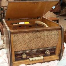 Radios de válvulas: RADIO DE VÁLVULAS ANTIGUA. MARCA INVICTA. CON TOCADISCO INCORPORADO.. Lote 125019091
