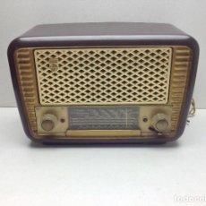 Radios de válvulas: ANTIGUA RADIO DE BAQUELITA A VALVULAS MARCA PHILIPS TIPO BE-241-U - NO PROBADA. Lote 128921663