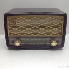 Radios de válvulas: ANTIGUA RADIO DE BAQUELITA COLOR GRANATE A VALVULAS MARCA PHILIPS MODELO B2E 72-U - NO PROBADA. Lote 128923135