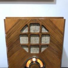 Radios de válvulas: RADIO DE VÁLVULAS , TIPO LÁPIDA, DE MADERA, FRANCESA, A 220V. Lote 131015520