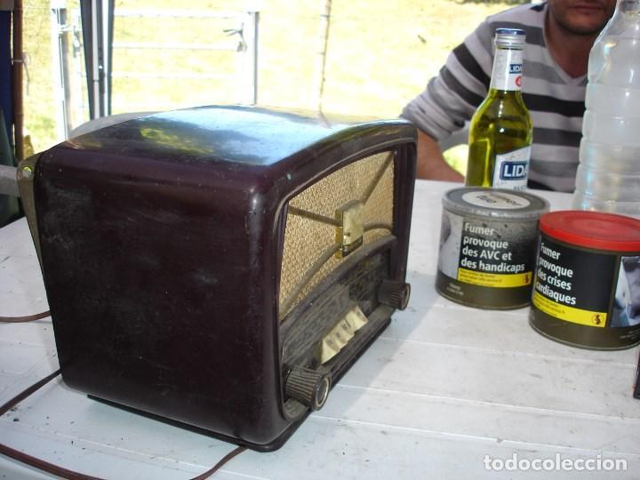 Radios de válvulas: Bonita y recogida radio en baquelita anos 1940 de coleccion ver fotos - Foto 2 - 131219144