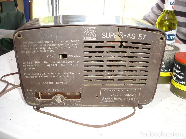 Radios de válvulas: Bonita y recogida radio en baquelita anos 1940 de coleccion ver fotos - Foto 4 - 131219144