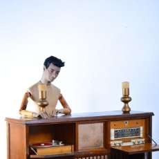 Radios de válvulas: ANTIGUO MUEBLE APARADOR MUSICAL - RADIO DE VÁLVULAS Y TOCADISCOS PHILIPS - CON VOLTIMETRO, MUSIQUERO. Lote 131500110
