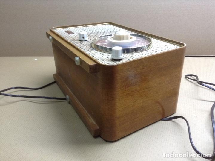 Radios de válvulas: Radio Stella. modelo ST24 LU. Funciona. En madera. Mide en cms( 32x14x19) - Foto 2 - 133143737