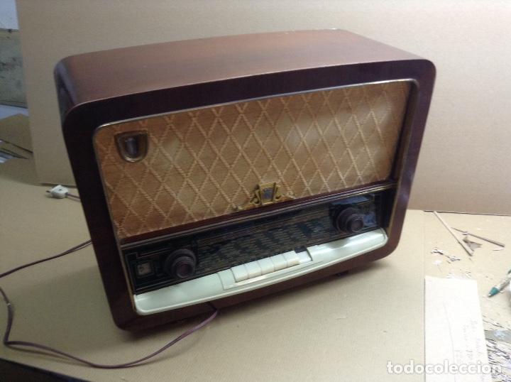 RADIO RADIOLA EN MADERA FUNCIONA A 220V. MIDE EN CMS ( 50X22X38) (Radios, Gramófonos, Grabadoras y Otros - Radios de Válvulas)