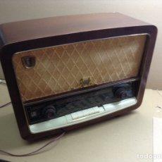 Radios de válvulas: RADIO RADIOLA EN MADERA FUNCIONA A 220V. MIDE EN CMS ( 50X22X38). Lote 133145511