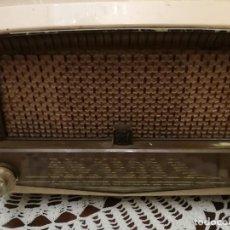 Radios de válvulas: RADIO FUNCIONANDO RADIOLA DE BAQUELITA BLANCA. Lote 139122558