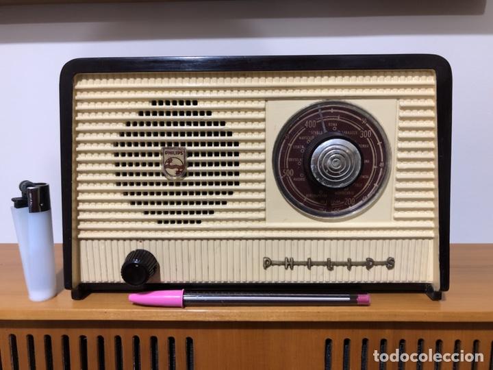 RADIO DE VÁLVULAS PHILIPS B1E 82U CON MUEBLE DE BAQUELITA. (Radios, Gramófonos, Grabadoras y Otros - Radios de Válvulas)