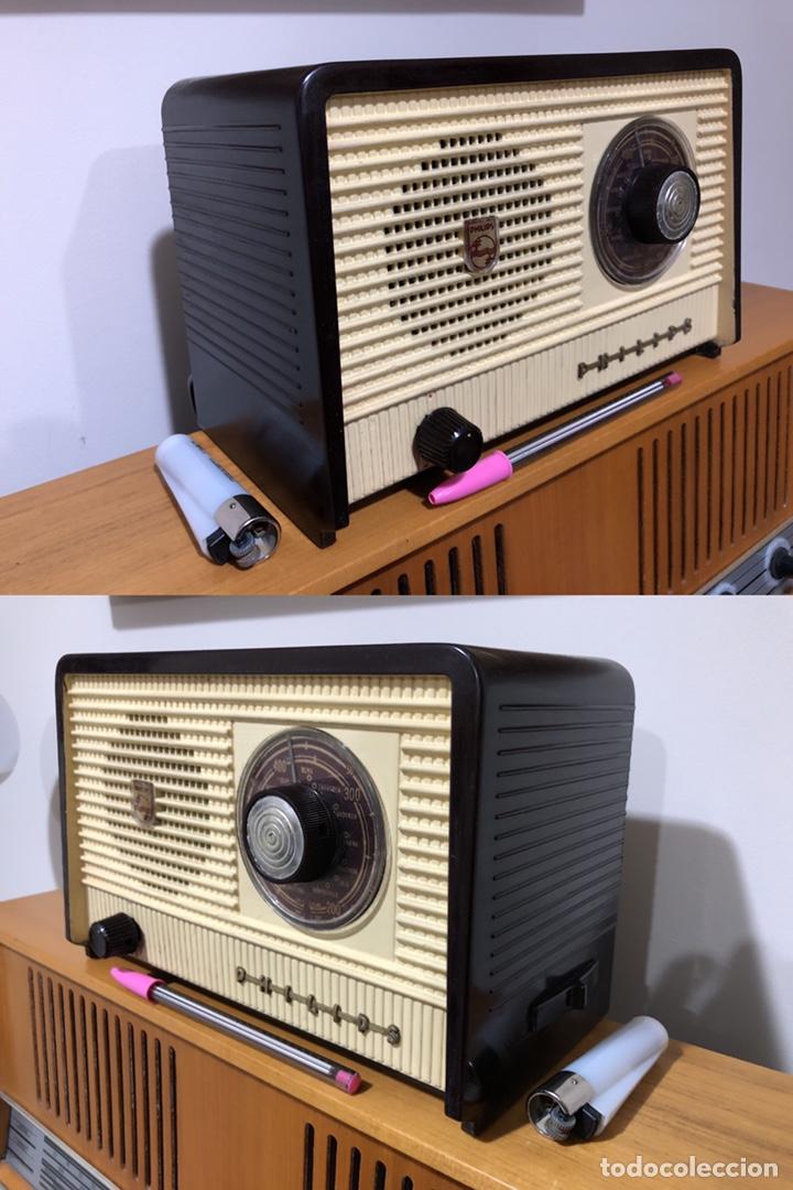 Radios de válvulas: RADIO DE VÁLVULAS PHILIPS B1E 82U CON MUEBLE DE BAQUELITA. - Foto 2 - 142809502