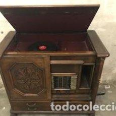 Radios de válvulas: MUEBLE MARQUETERIA CON TOCADISCOS Y RADIO + DISCOS ANTIGUOS. Lote 145619606