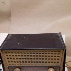 Radios de válvulas: RADIO PHILIPS ANTIGUO DE BOMBILLAS FUNCIONA. Lote 147588454
