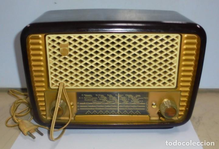 ANTIGUA RADIO. MARCA PHILIPS MODELO BR-241-U. FUNCIONA PERFECTAMENTE. 110 - 127 V. 29 X 15CM. VER (Radios, Gramófonos, Grabadoras y Otros - Radios de Válvulas)