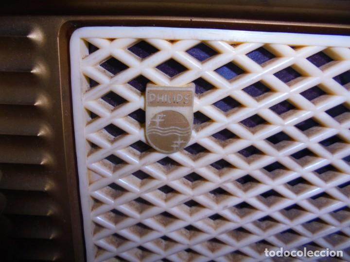 Radios de válvulas: ANTIGUA RADIO. MARCA PHILIPS MODELO BR-241-U. FUNCIONA PERFECTAMENTE. 110 - 127 V. 29 X 15CM. VER - Foto 4 - 148907042