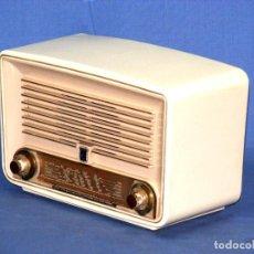 Radios de válvulas: PEQUEÑA RADIO A VÁLVULAS RADIOLA RA-264U (1955) - FUNCIONA.. Lote 151104930