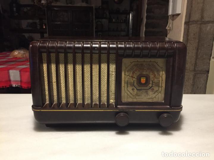 ANTIGUA RADIO EN BAQUELITA DE VÁLVULAS MARRÓN MARCA PHILIPS BE 392 - A AÑOS 50 (Radios, Gramófonos, Grabadoras y Otros - Radios de Válvulas)