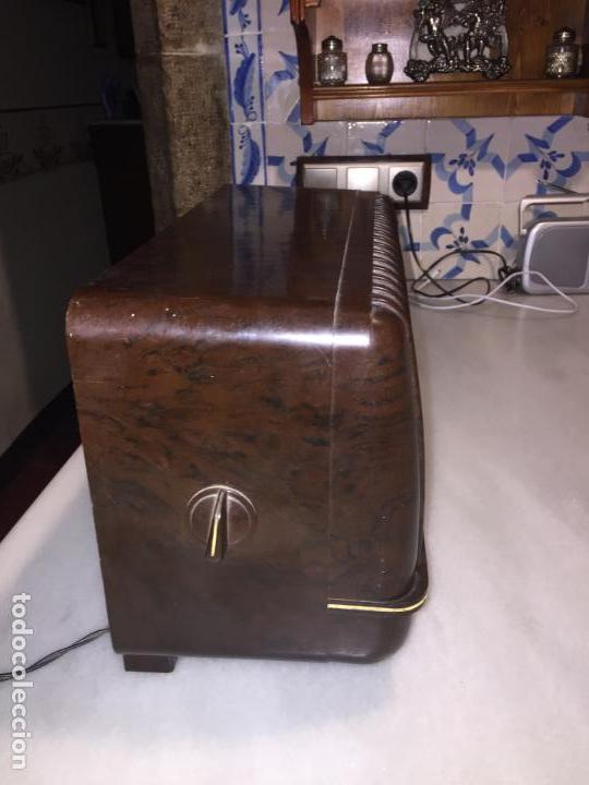 Radios de válvulas: ANTIGUA RADIO EN BAQUELITA DE VÁLVULAS MARRÓN MARCA PHILIPS BE 392 - A años 50 - Foto 3 - 152228618