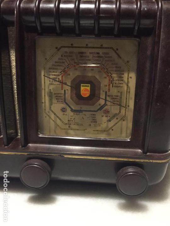 Radios de válvulas: ANTIGUA RADIO EN BAQUELITA DE VÁLVULAS MARRÓN MARCA PHILIPS BE 392 - A años 50 - Foto 6 - 152228618