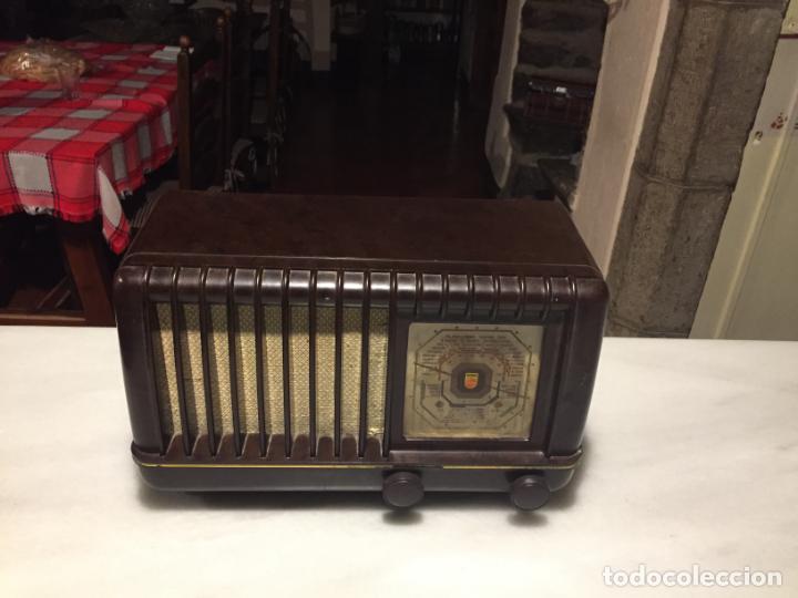 Radios de válvulas: ANTIGUA RADIO EN BAQUELITA DE VÁLVULAS MARRÓN MARCA PHILIPS BE 392 - A años 50 - Foto 9 - 152228618