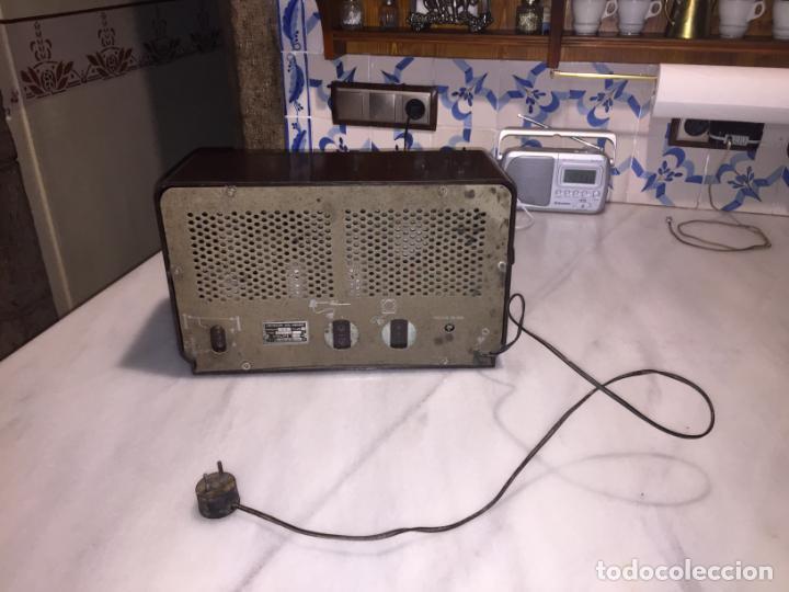 Radios de válvulas: ANTIGUA RADIO EN BAQUELITA DE VÁLVULAS MARRÓN MARCA PHILIPS BE 392 - A años 50 - Foto 15 - 152228618