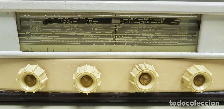 Radios de válvulas: 419- ANTIGUA RADIO ENCIENDE Y FUNCIONA DESCONOZCO MARCA Y MODELO 43 CMS ANCHO 30 ALTURA - Foto 2 - 155951790