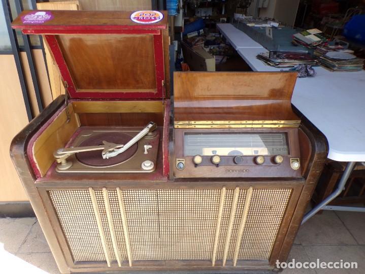 Radios de válvulas: mueble radio tocadiscos fhillips recoger provincia barcelona - Foto 3 - 171167468