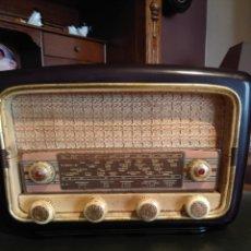 Radios de válvulas: RADIO ANTIGUA DE BAQUELITA (DESCONZCO SI FUNCIONA). Lote 173798790