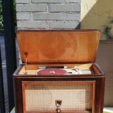 Radios de válvulas: IMPRESIONANTE RADIO TOCADISCOS DE VÁLVULAS PHILIPS. Lote 173863273