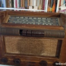 Radios de válvulas: RADIO RCA VICTOR MODELO 18 T., CAJA MADERA,3 FRECUENCIAS ,4 MANDOS,6 CANALES,AÑOS 1940. Lote 176378072