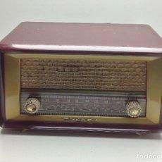 Radios de válvulas: PEQUEÑA RADIO MARCA INTER MODELO YUMA DE BAQUELITA - NO PROBADA. Lote 176474834