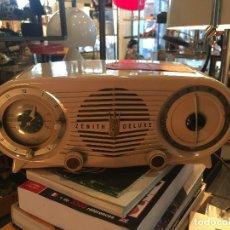 Rádios de válvulas: RADIO/RELOJ A VALVULAS DE BAQUELITA MARCA ZENITH MODELO J519T DE LOS AÑOS 50. Lote 177129768