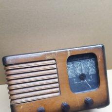 Radios de válvulas: PEQUEÑA RADIO EN MADERA MARCA LE REGIONAL. FUNCIONA. MIDE EN CMS 29X1X19. Lote 181163655