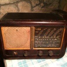 Radios de válvulas: ANTIGUA RADIO DE VÁLVULAS CON CAJA DE MADERA MARCA INVICTA DE LOS AÑOS 40-50. Lote 184580603